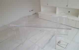 Plexiglas Arbeitstisch mit seitlichen Regalen